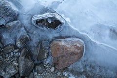 Stenen in ijs gedeeltelijk worden behandeld dat Stock Fotografie