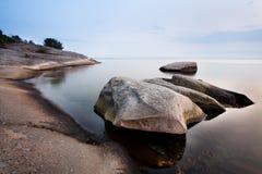 Stenen in kalme overzees Royalty-vrije Stock Foto's