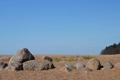 Stenen, keien op het strand in het zand, Royalty-vrije Stock Afbeeldingen