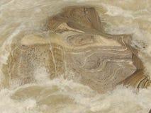 Stenen klippte vid flöde av floden arkivfoton