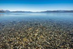 Stenen in Meer Nahuel Huapi stock foto's