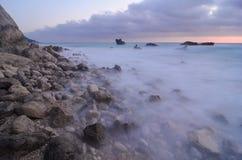 Stenen in melkachtig water stock afbeeldingen