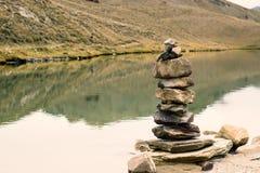 Stenen met een hoog bergmeer in Himachal stock fotografie