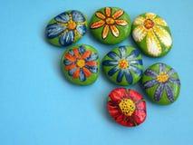 Stenen met geschilderde bloemen Royalty-vrije Stock Foto's