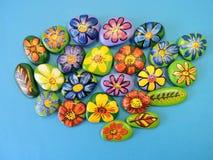 Stenen met geschilderde bloemen en bladeren Stock Fotografie