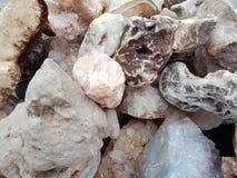 Stenen met textuur geweven behang als achtergrond, strand Oceaan royalty-vrije stock afbeeldingen