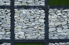 Stenen och det gröna gräset Royaltyfri Foto