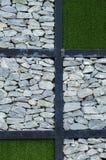 Stenen och det gröna gräset Arkivbild
