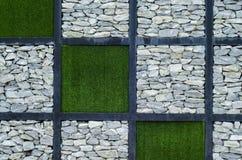 Stenen och det gröna gräset Arkivbilder
