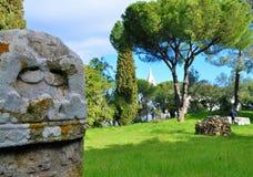 Stenen och trädgården Arkivbilder