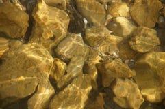Stenen onder het water stock foto's