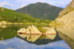Stenen op bergmeer royalty-vrije stock afbeelding