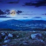 Stenen op de helling bij nacht royalty-vrije stock foto