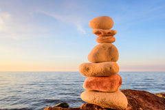 Stenen op de kust Zwarte springplanken royalty-vrije stock afbeeldingen