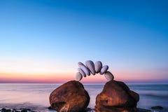 Stenen op de kust Zwarte springplanken Stock Foto