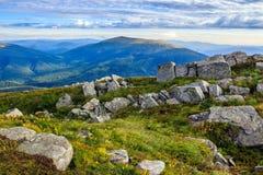 Stenen op een heuvel voor de berg Royalty-vrije Stock Foto