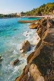 Stenen op het overzees dichtbij het strand royalty-vrije stock foto's