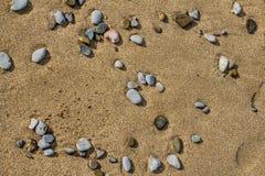 Stenen op het zand stock foto's