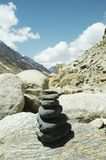 Stenen op weg in berg Royalty-vrije Stock Afbeeldingen