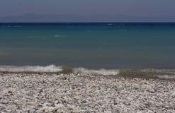 Stenen overzeese achtergrond in nat zand van strand Royalty-vrije Stock Afbeelding