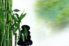 Stenen in saldo en bamboe Stock Foto