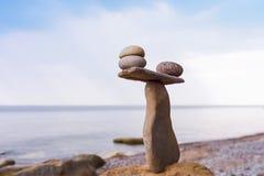 Stenen in saldo op kust stock afbeelding