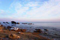 Stenen seglar utmed kusten Arkivfoton