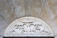 Stenen skulpterar på yttersidan av domkyrkan i Modena (Ita royaltyfri bild