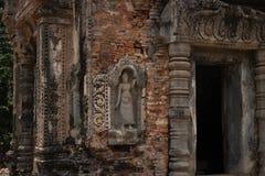 Stenen sned basrelief av den Preah Kohtemplet i det Roluos komplexet, Cambodja Återställande för tempelingångsbasrelief arkivfoton