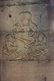 Stenen snider i den Angkor Wat väggen royaltyfria foton