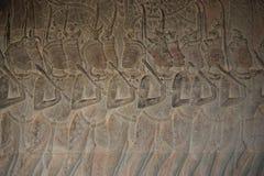 Stenen snider i den Angkor Wat väggen fotografering för bildbyråer