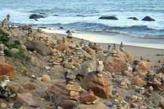 Stenen står högt på stranden Arkivfoton