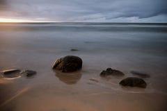 Stenen te waterkant - één of andere gr. Royalty-vrije Stock Fotografie