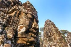 Stenen vänder mot på tornen av den forntida Bayon templet Arkivbild