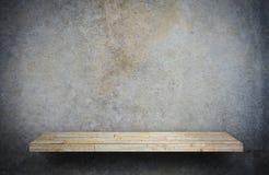 Stenen vaggar hyllaräknaren på grå färger för produktskärm arkivbilder