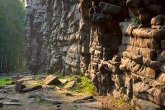 Stenen vaggar i morgonljuset Arkivbilder