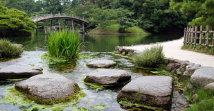 Stenen in vijver van Ritsurin Koen Garden Takamatsu Japan stock foto