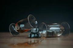 Stenen voor het koelen van whisky en glases tulup op donkere houten achtergrond Stock Foto's