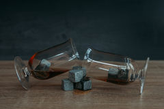 Stenen voor het koelen van whisky en glases tulup op donkere houten achtergrond Stock Afbeeldingen