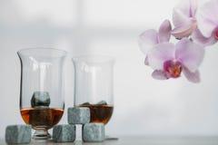 Stenen voor het koelen van whisky en glases tulup op lichte houten achtergrond Royalty-vrije Stock Afbeelding
