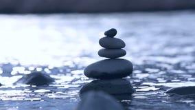 Stenen in water in langzame motie stock videobeelden