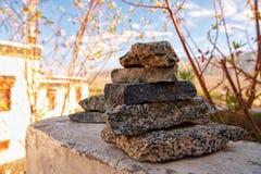 Stenen worden opgestapeld die vanaf stock afbeelding