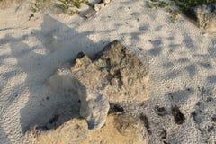 Stenen, Zand, Sporen op Zand Royalty-vrije Stock Foto's
