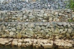 Stenenmuur in de kooi van het staalnetwerk voor blokgrond het breken op rivier Royalty-vrije Stock Fotografie
