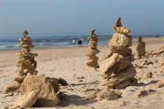 Stenenpiramide op het strand stock fotografie