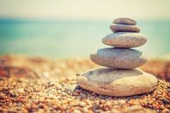 Stenenpiramide op kiezelsteenstrand die stabiliteit symboliseren, zen, harmonie, saldo Tropisch overzees strand Het concept van d Royalty-vrije Stock Afbeeldingen