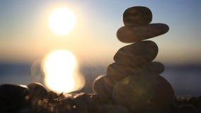 Stenenpiramide op strand die zen, harmonie symboliseren stock footage