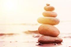 Stenenpiramide op zand die zen symboliseren Stock Afbeelding