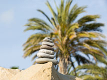 Stenenstapel op de palmachtergrond Stock Foto's