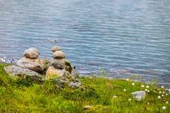 Stenenstapel op meerkust, Noorwegen Royalty-vrije Stock Foto's